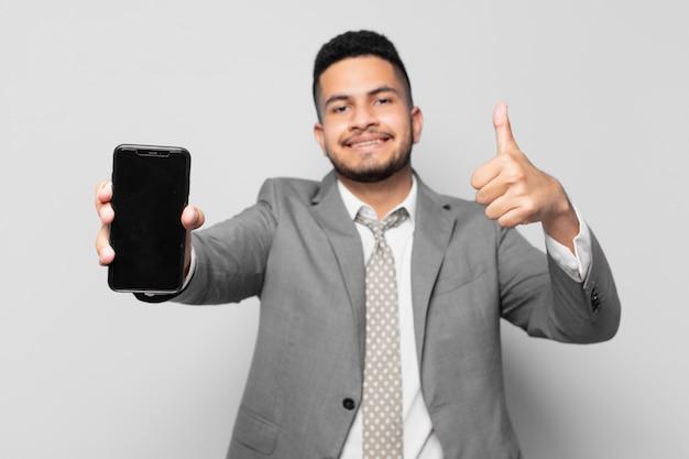 Expression heureuse d'homme d'affaires hispanique et tenant un téléphone