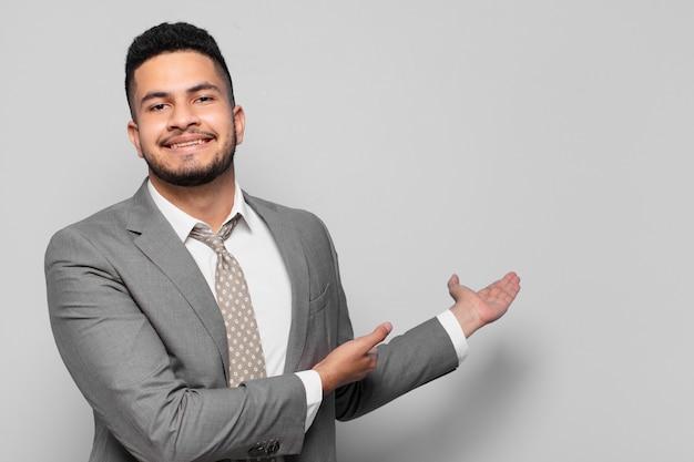 Expression heureuse d'homme d'affaires hispanique