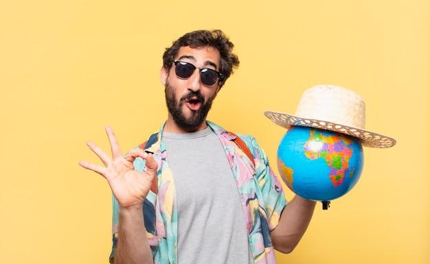Expression heureuse de l'homme jeune voyageur fou