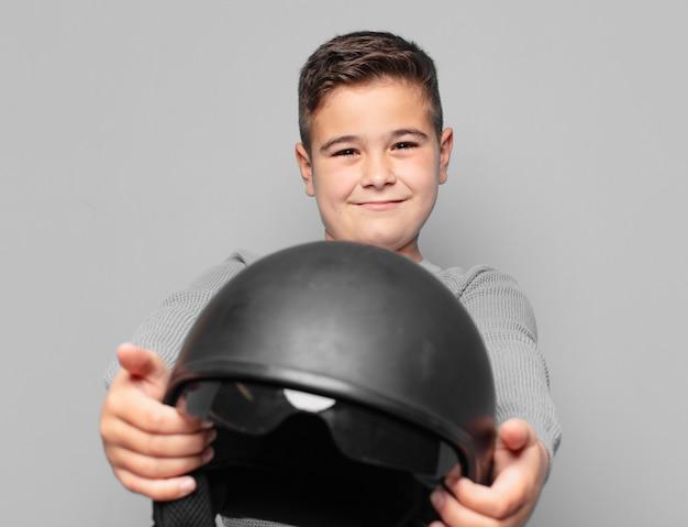Expression heureuse de petit garçon. concept de casque de moto