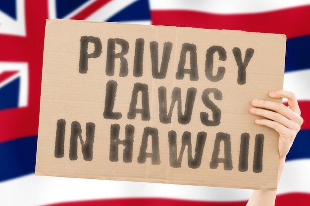 L'expression lois sur la protection de la vie privée à hawaï sur une bannière dans la main des hommes informations sur le marché des clients privés