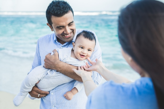 Expression de mignon petit bébé avec papa souriant