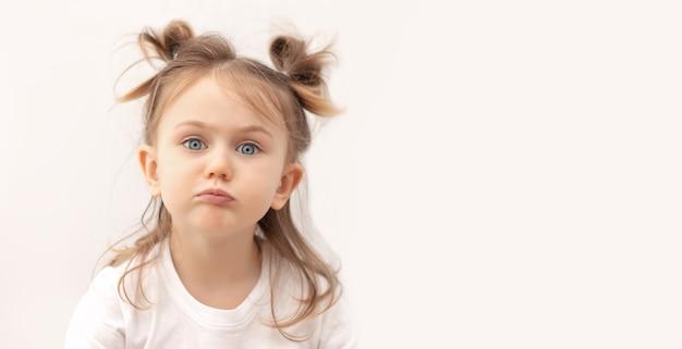 L'expression de la question bannerkid pose un fond pastel isoléles émotions négatives des enfants
