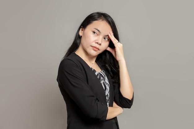 Expression de stress de femme d'affaires tout en tenant la tête