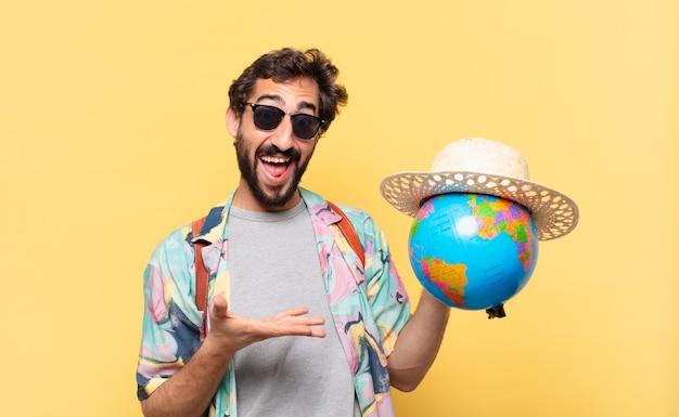 Expression surprise de l'homme jeune voyageur fou