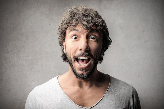 Expression surprise d'un homme