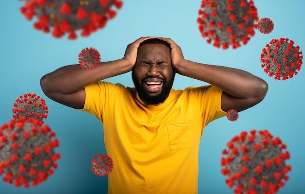 Expression triste et désespérée d'un garçon qui a peur d'attraper le coronavirus