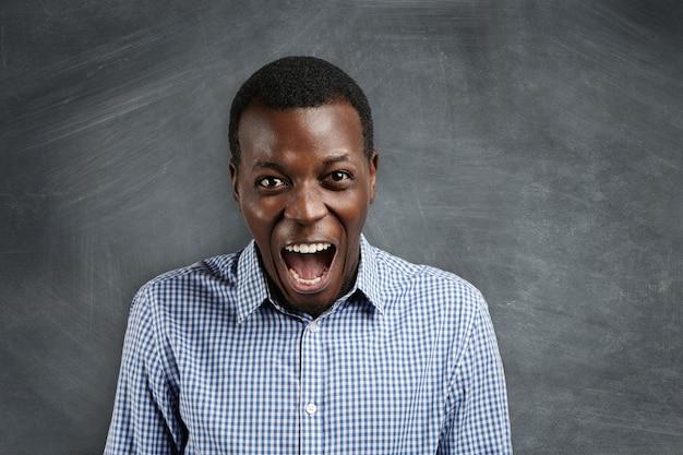 Expressions et émotions négatives du visage humain.