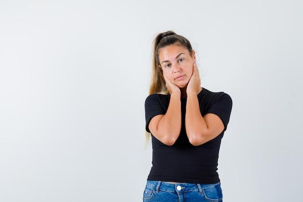 Expressive jeune fille posant en studio