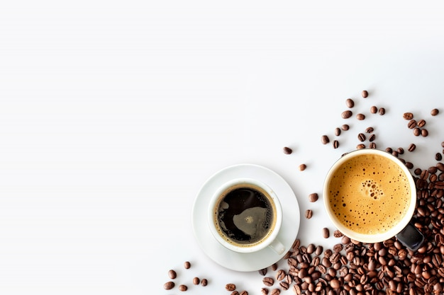 Expresso chaud et grain de café sur une table blanche