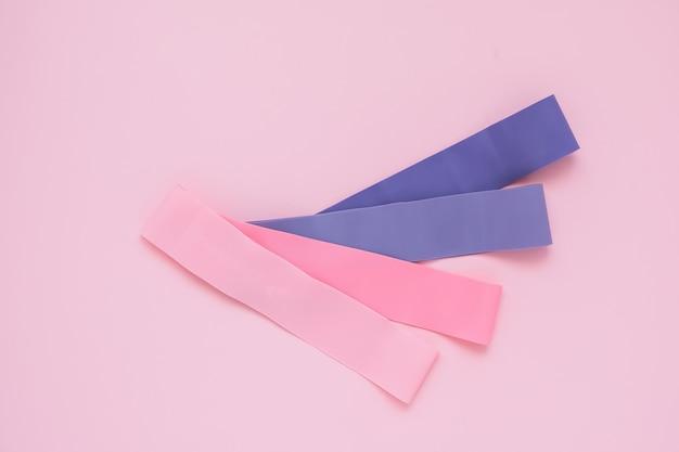 Extenseurs élastiques de différentes couleurs. mode de vie sain. cardio training pour femme