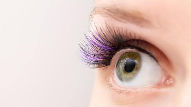 Extensions de cils de couleur violette.