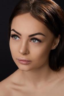 Extensions de cils, faux cils, portrait de fille sexy avec de longs faux cils et un maquillage parfait,