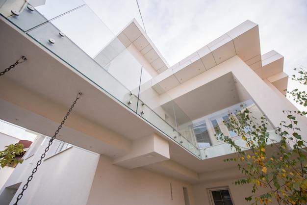 Extérieur de la belle maison blanche moderne