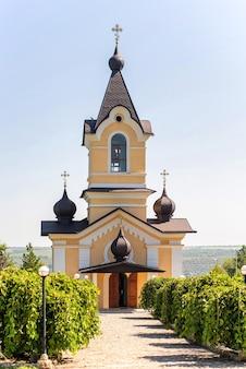 Extérieur du monastère de tipova, place devant lui en moldavie