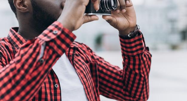 Extérieur été, sourire, mode de vie, portrait, beau, heureux, afro, américain, touriste, amusement, ville, europe, appareil photo, voyage, photo, photographe, faire, images, hipster, style