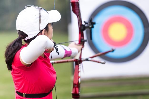 Extérieur femelle archer de compétition ensoleillé