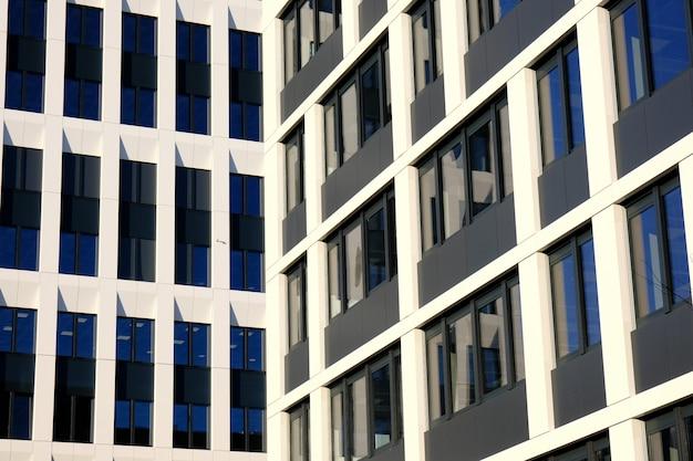 Extérieur d'immeubles de bureaux modernes dans un nouveau centre d'affaires contemporain.