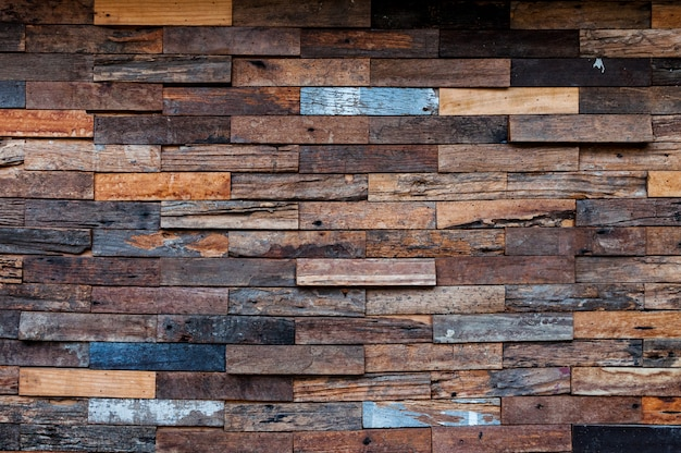Extérieur de mur en bois exposé, patchwork de bois brut formant un beau motif en bois de parquet, motif de mur en bois