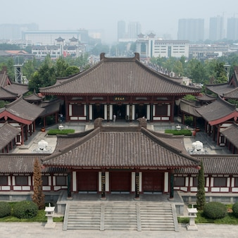 Extérieur d'une pagode avec paysage urbain à distance, xi'an, shaanxi, chine.