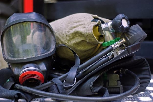 Extincteur et masque à gaz d'un pompier, matériel d'extinction d'incendie
