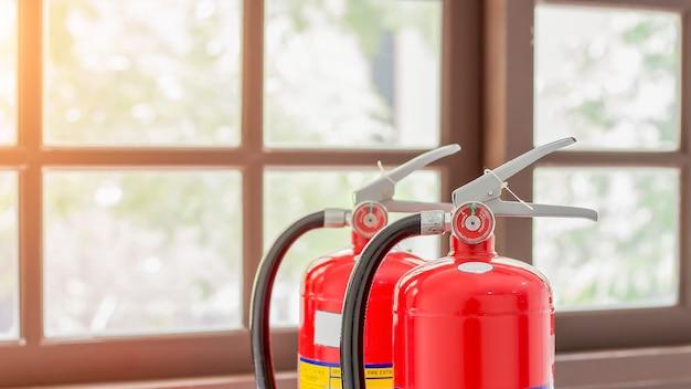 L'extincteur rouge est prêt à l'emploi en cas d'incendie à l'intérieur.