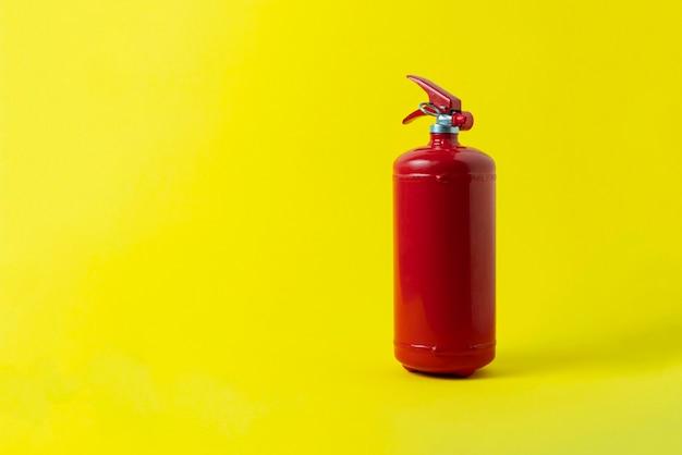 Extincteur rouge isolé, concept de problème de sécurité