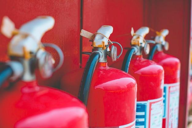 Extincteurs rouges disponibles en cas d'incendie, voir indicateur de niveau.