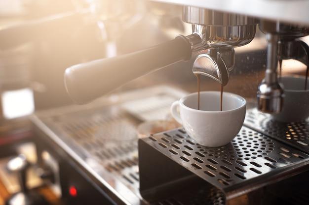 Extraction d'espresso d'une machine à café dans un café.