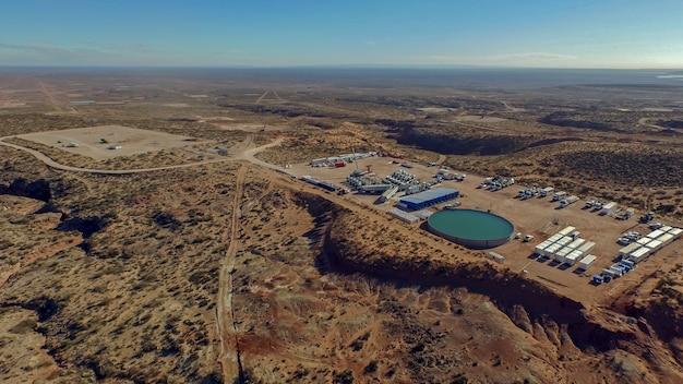 Extraction d'huile non conventionnelle. batterie de camions-pompes pour la fracturation hydraulique (fracking).