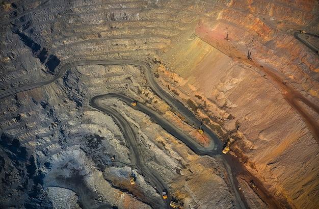 Extraction de minéraux à l'aide d'un équipement spécial dans la lumière chaude du soir dans la pittoresque ukraine.