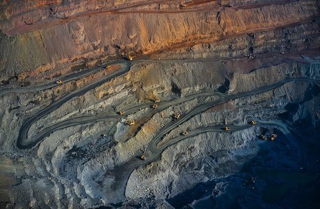 Extraction de minéraux à l'aide d'équipements spéciaux dans la chaude lumière du soir