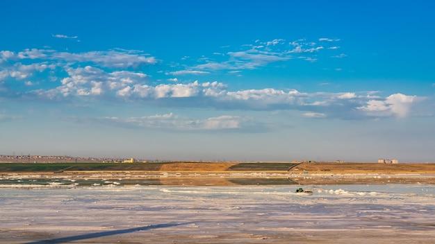 Extraction de sel sur le lac au lever du soleil