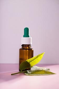 Extraits de feuilles médicinales dans un flacon de médicament sur rose