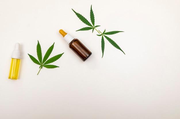 Extraits d'huile de cannabis en pots à fond blanc