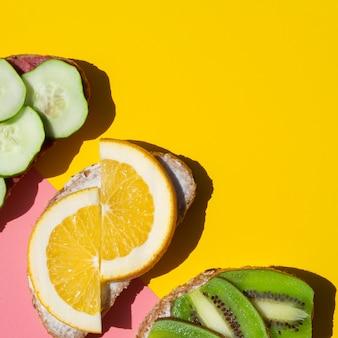 Extreme close savoureux sandwiches avec des fruits sur la diagonale