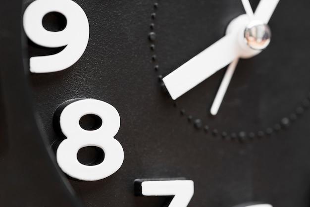 Extrême gros plan de l'horloge montrant 8 heures