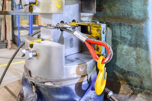L'extrémité de l'élingue en acier au crochet de charge. après l'opération de pressage. fabrication d'appareils de levage.