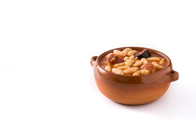 Fabada asturiana espagnol typique isolé sur une surface blanche espace copie