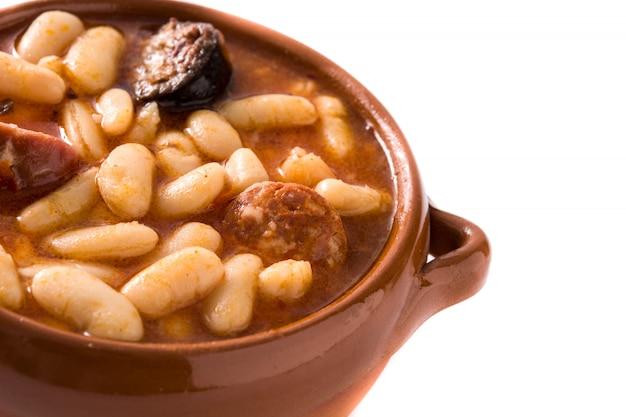 Fabada asturiana espagnole typique isolée sur une surface blanche.