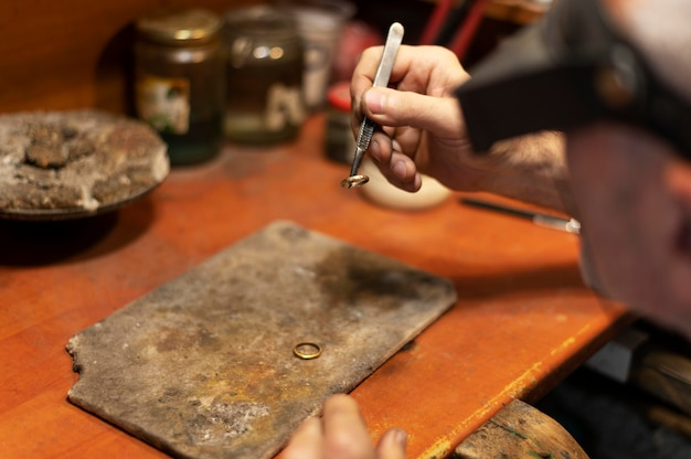 Fabricant de bijoux travaillant seul dans l'atelier