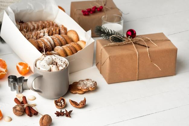 Fabrication de boulangerie maison, biscuits en pain d'épice en forme d'arbre de noël.