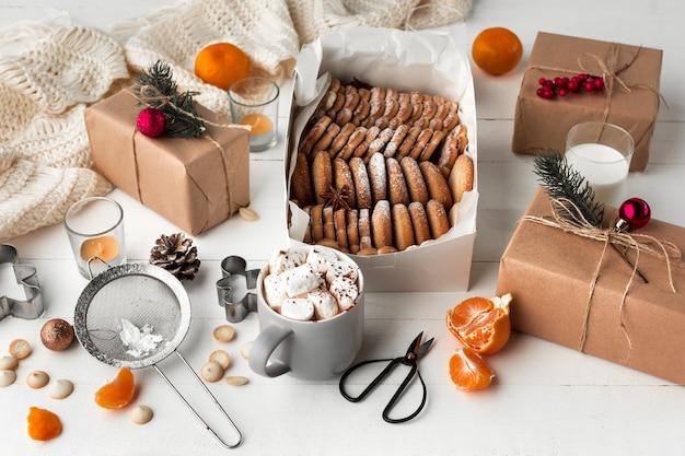 Fabrication de boulangerie maison, biscuits de pain d'épice en forme de gros plan d'arbre de noël.