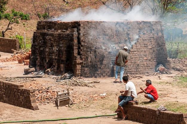Fabrication de briques d'argile manuelles à alagoa grande paraiba brésil