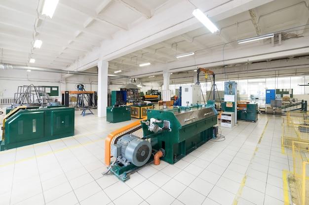 Fabrication de fil d'aluminium. machine pour le traitement du fil, entraînement par courroie trapézoïdale.