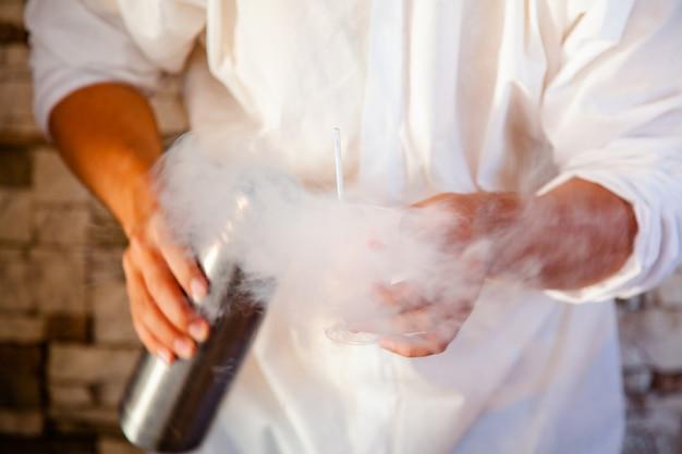 Fabrication de glace à l'azote liquide, cuisson professionnelle.