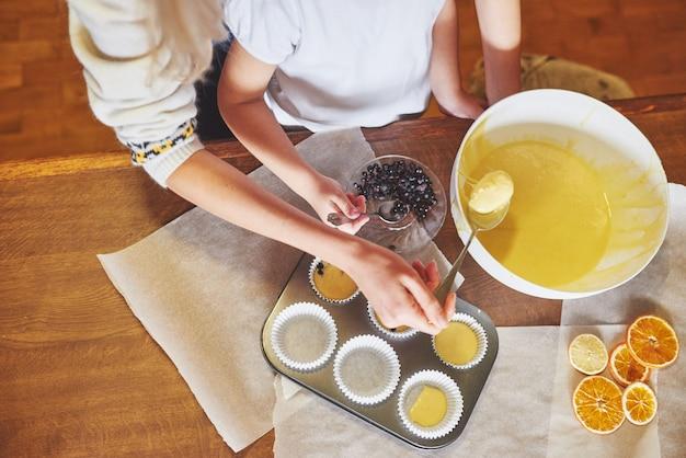 Fabrication de muffins et moulage dans des moules