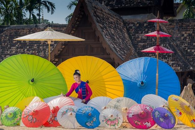 Fabrication de parapluie traditionnel à la main
