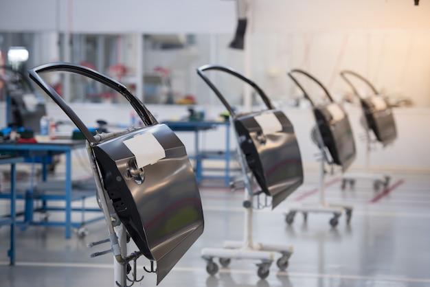 Fabrication de portes de voitures, démontage pour la peinture de portes de voitures dans les usines automobiles