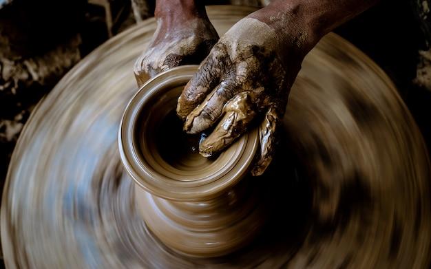 Fabrication de poteries artisanales à bhaktapur, au népal.